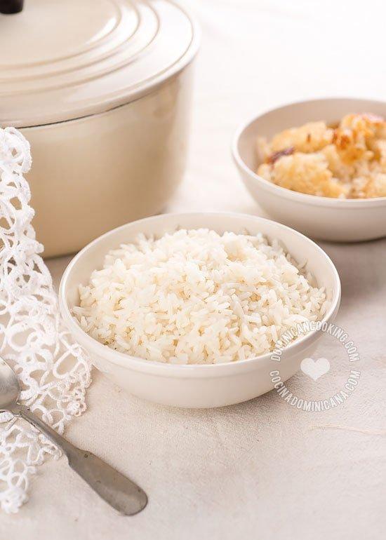 Arroz Blanco, la base del almuerzo tradicional dominicano y la prueba de fuego del buen cocinero dominicano. El arroz blanco perfecto es graneado pero blando y con una fina y crujiente capa de concón.