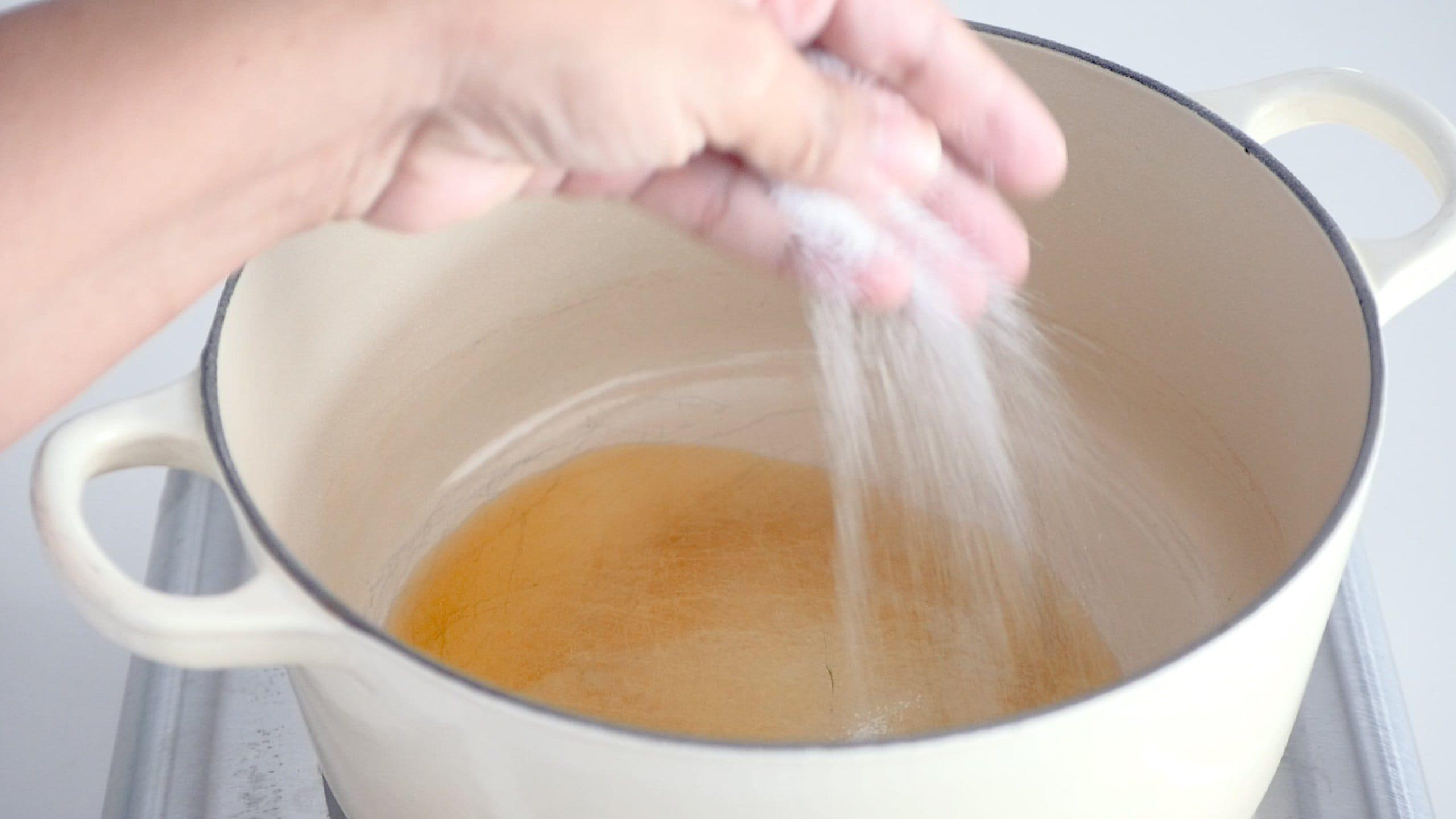 Agregando sal al aceite