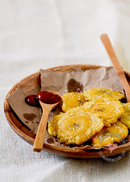 Tostones, Receta y Video (Plátanos Fritos): Un favorito en muchos de países de Latinoamérica, para nosotros son una pasión. Prueba esos crujientes tostones.