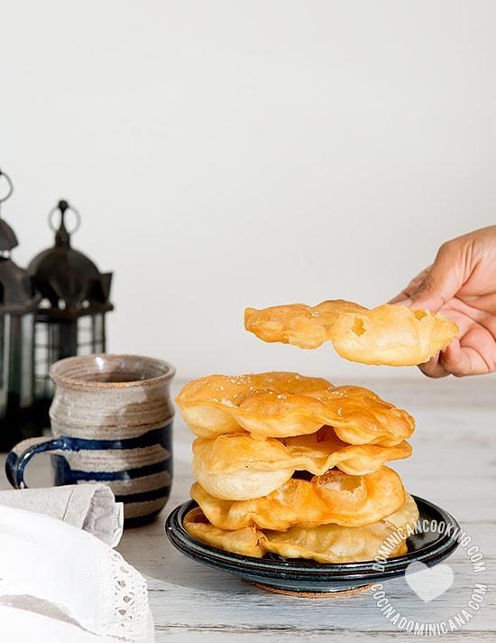 Yaniqueques - Receta & Video: Deliciosas frituras súper crujientes, las de la playa de Boca Chica son las más famosas, pero puedes encontrarlas en cualquier fritura.