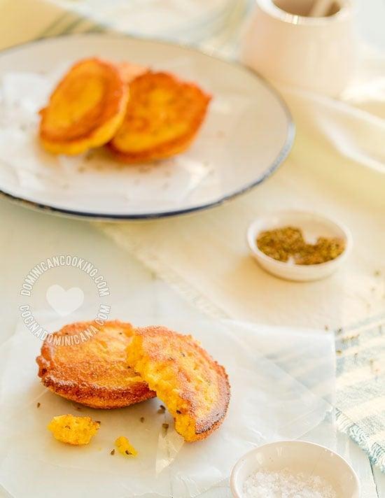 Arepitas de Maíz / Torrejas de Maíz, Receta y Video: un delicioso plato que puedes servir como picadera o para acompañar tus comidas. Son fáciles de preparar.