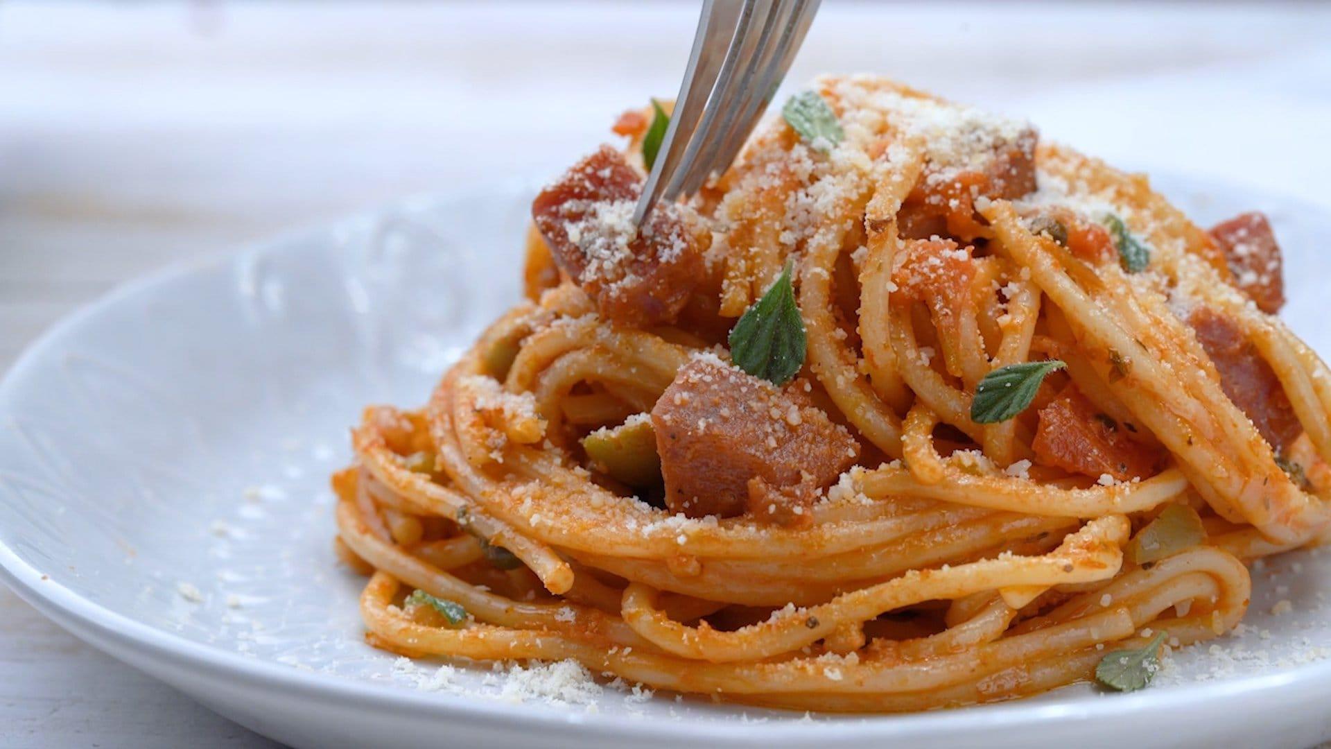 sirviendo espaguetis