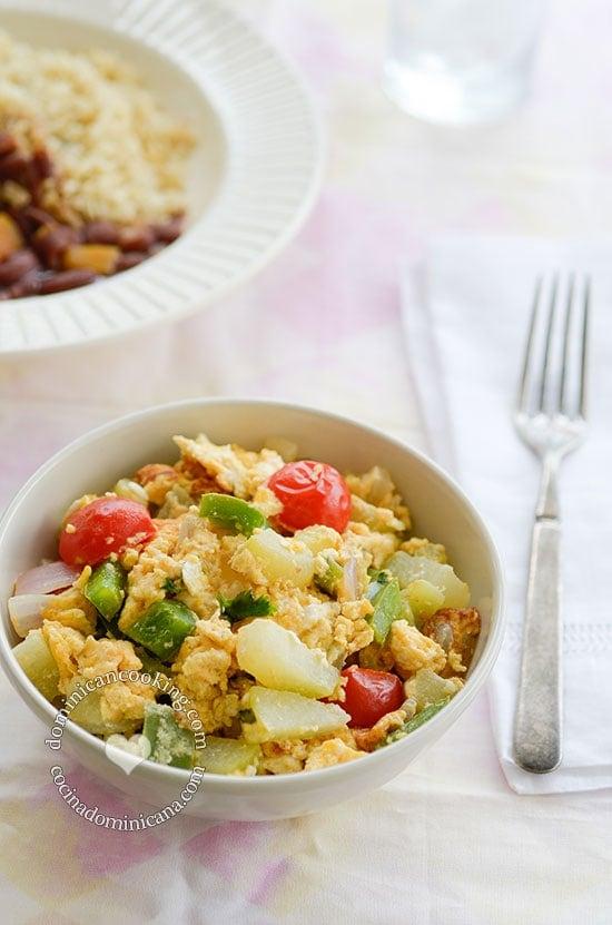 Receta Tayota con Huevos: Un plato simple, ligero, fácil de preparar y muy económico. Va muy bien como sustituto de la carne, o como acompañante.