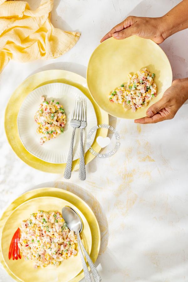 Platos con ensalada de coditos