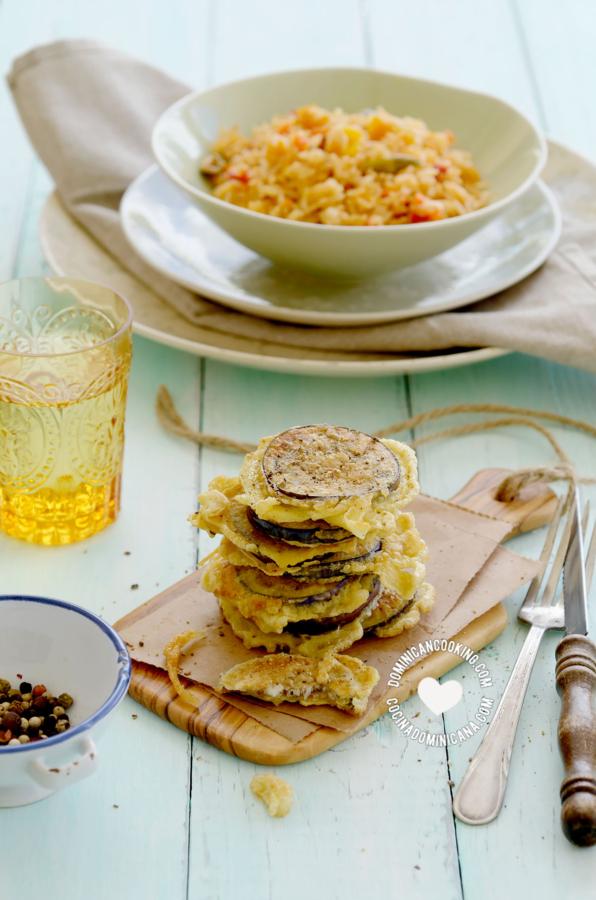 Torrejas de berenjenas (berenjenas fritas) y plato de arroz