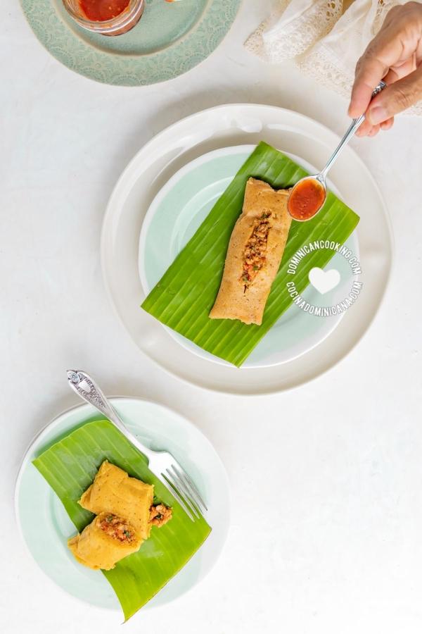 Pasteles en hoja servidos sobre hoja de plátano
