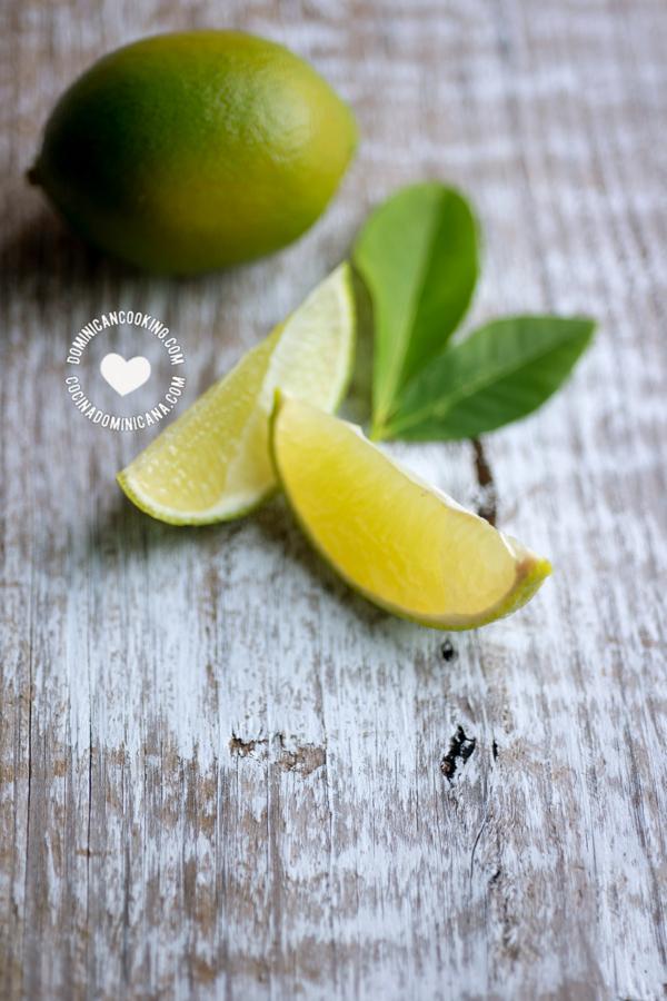 Limón verde en cuñas y entero