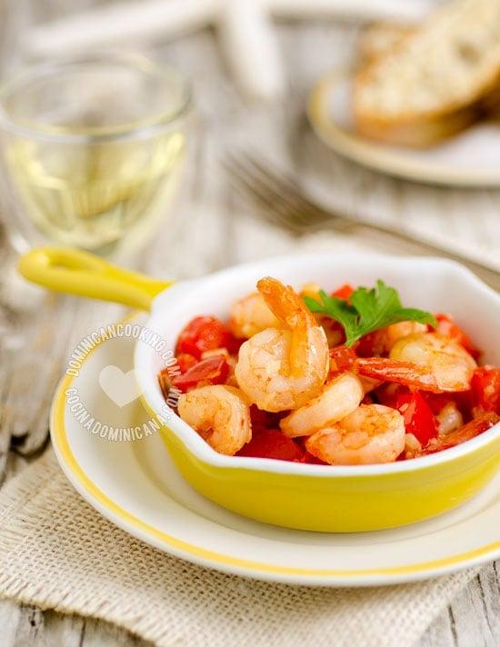 Receta Camarones al Ajillo: Riquísimo plato basado en el clásico de la cocina española, y con toques coloridos y tropicales. Muy popular en restaurantes de playa.