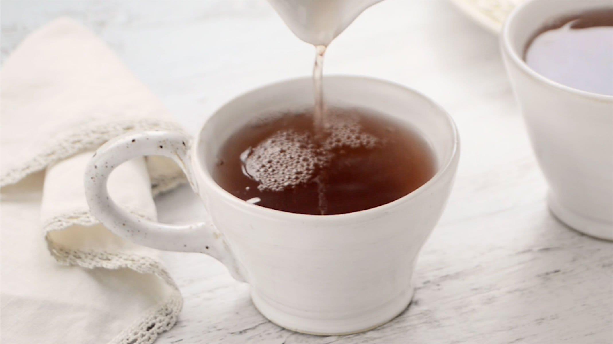 Sirviendo té de jengibre