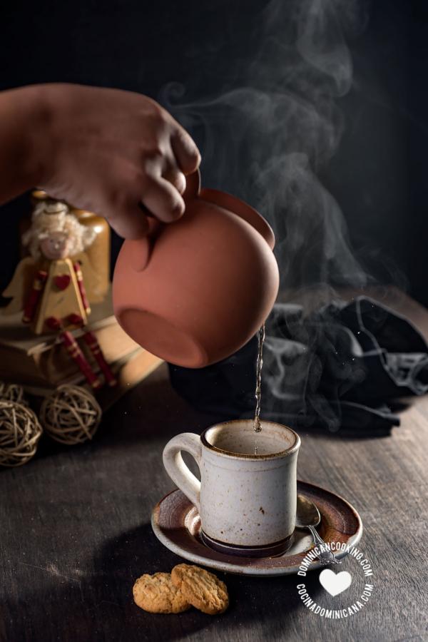 Serving té de jengibre