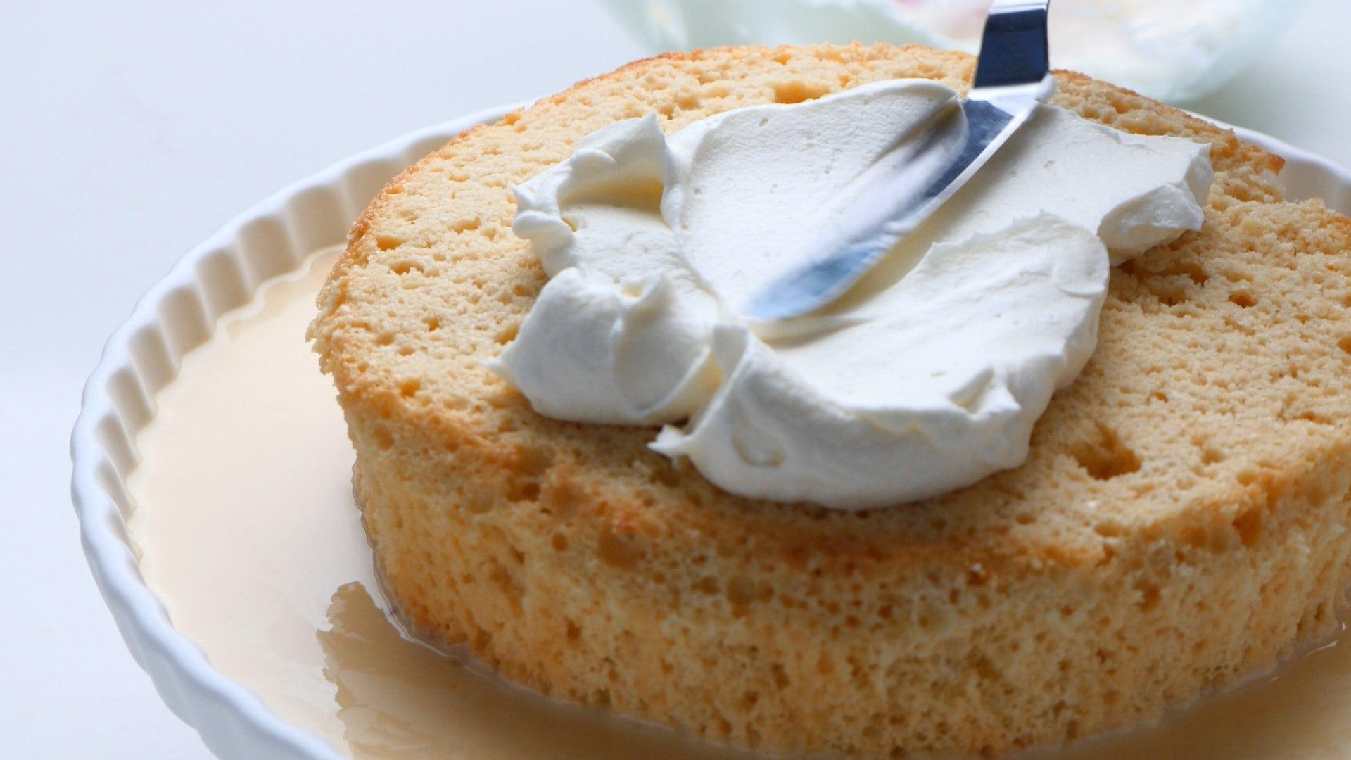 Untando el pastel con crema batida