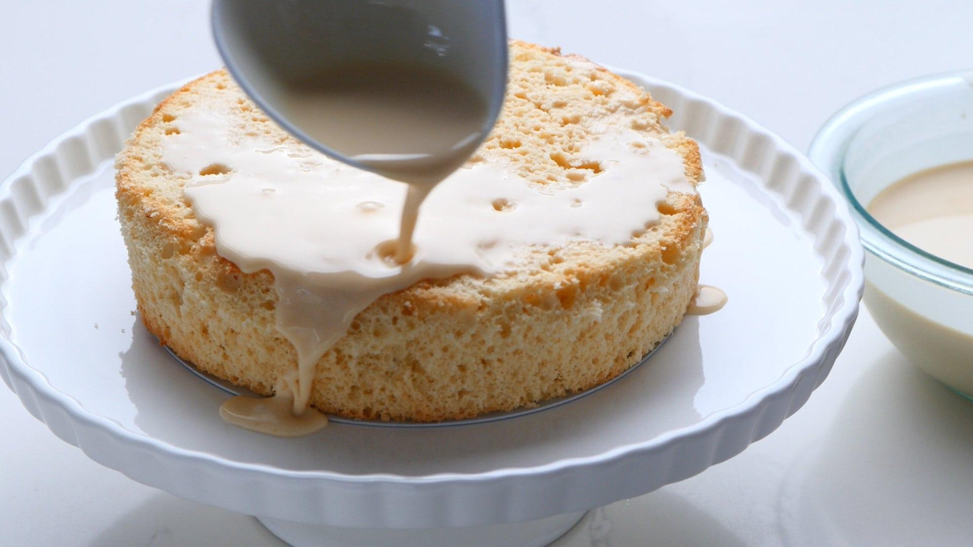 Bañando el pastel con la salsa