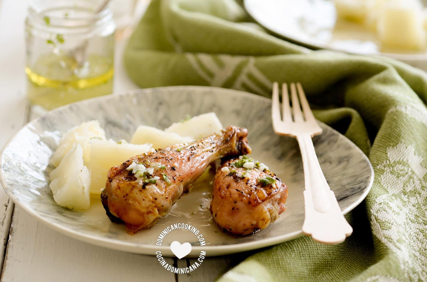 pollo con wasakaka (pollo asado dominicano con salsa de ajo) servida con yuca