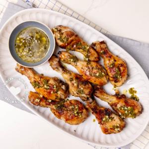 pollo con wasakaka (pollo asado dominicano con salsa de ajo)