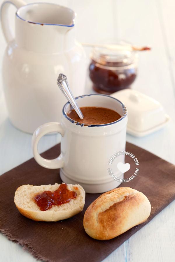 Taza de Chocolate de Agua y Panes