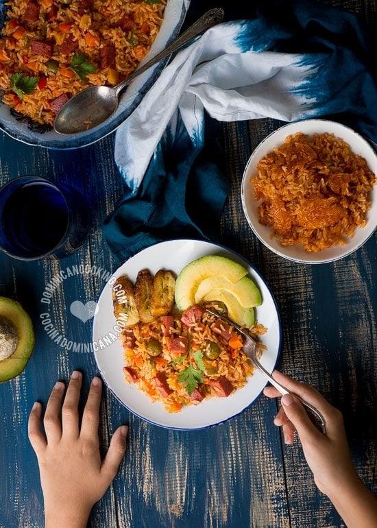 Arroz con salami dominicano