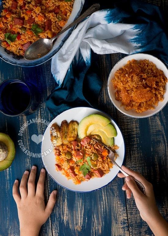 Receta Locrio de Salami (o Salchichas): Hay tantas recetas versiones como hay dominicanos. Cada quien le agrega toques a su gusto.