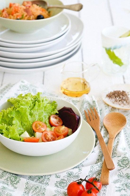 Receta Ensalada Verde: una parte tradicional de la comida dominicana, esta es una de sus formas más sencillas. Experimenta y agrega tantas verduras frescas como quieras.