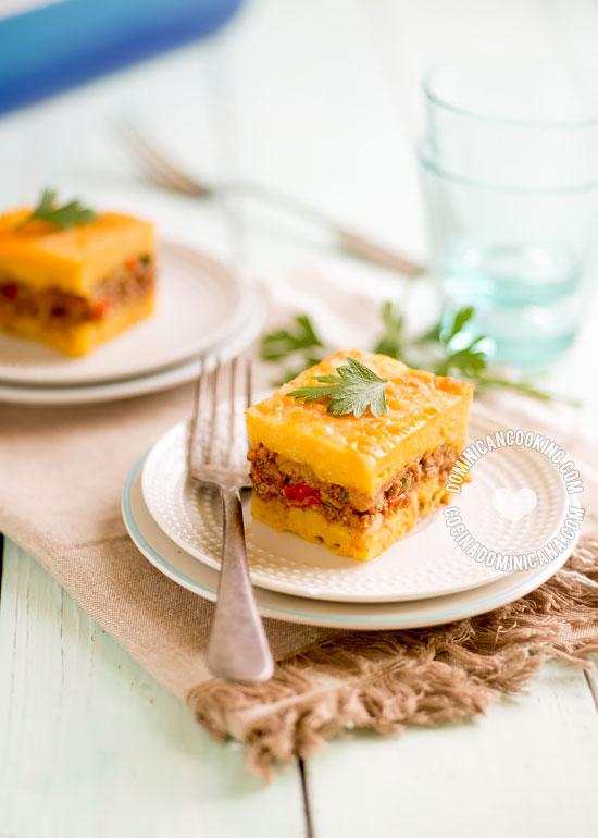 Pastelón de Plátano Maduro - Receta & Video: como en muchos otras de la cocina dominicana se mezclan sabores salados y dulces.