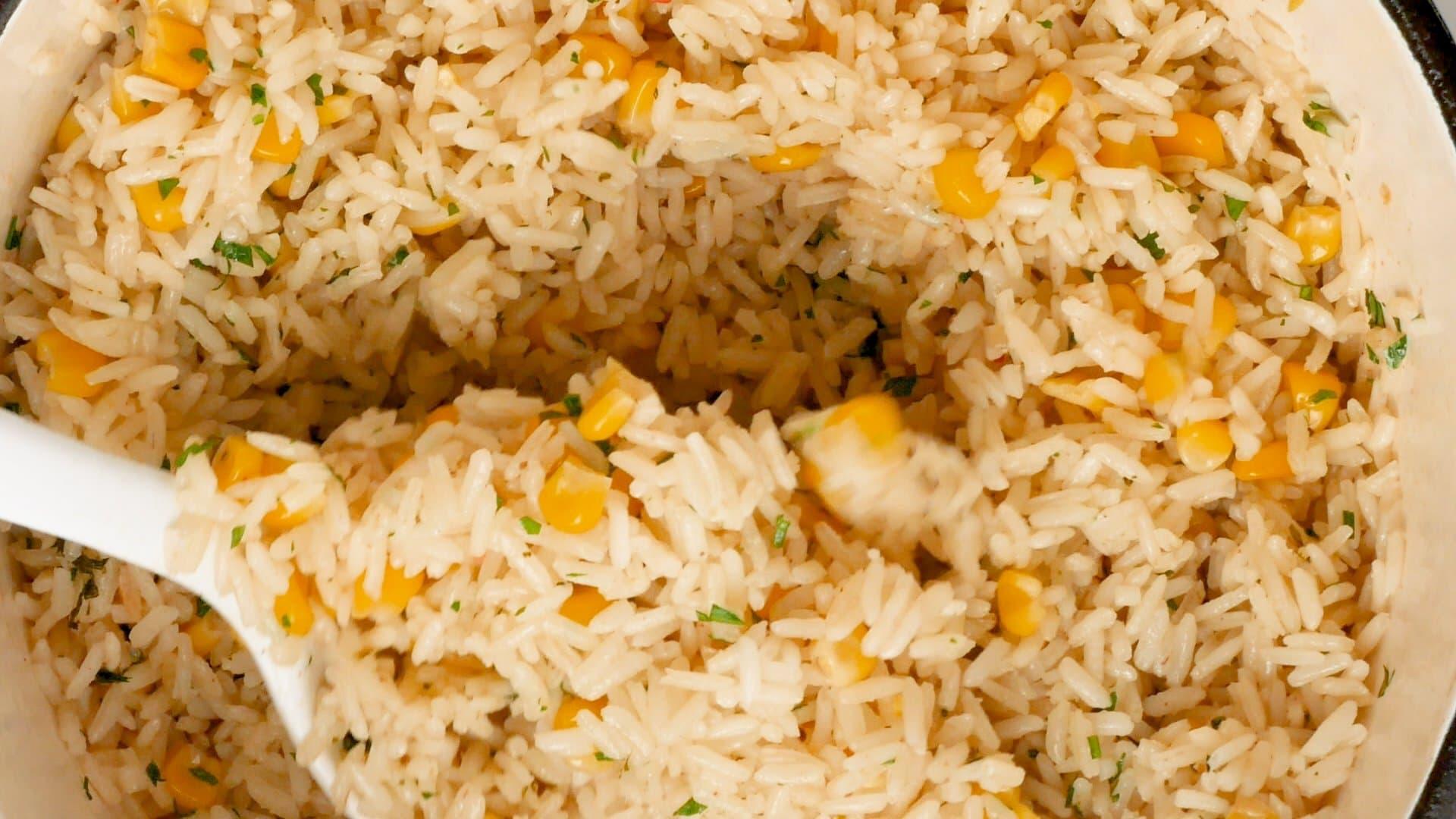 Sacando arroz con el chucharón