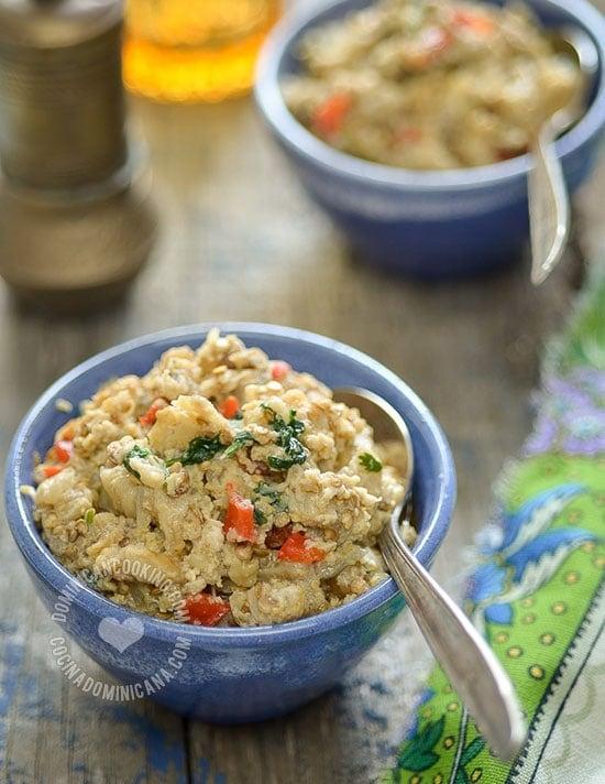 Las berenjenas asadas es un plato que me encanta. Es excelente para servir a vegetarianos, aparte de que es ligero y saludable.