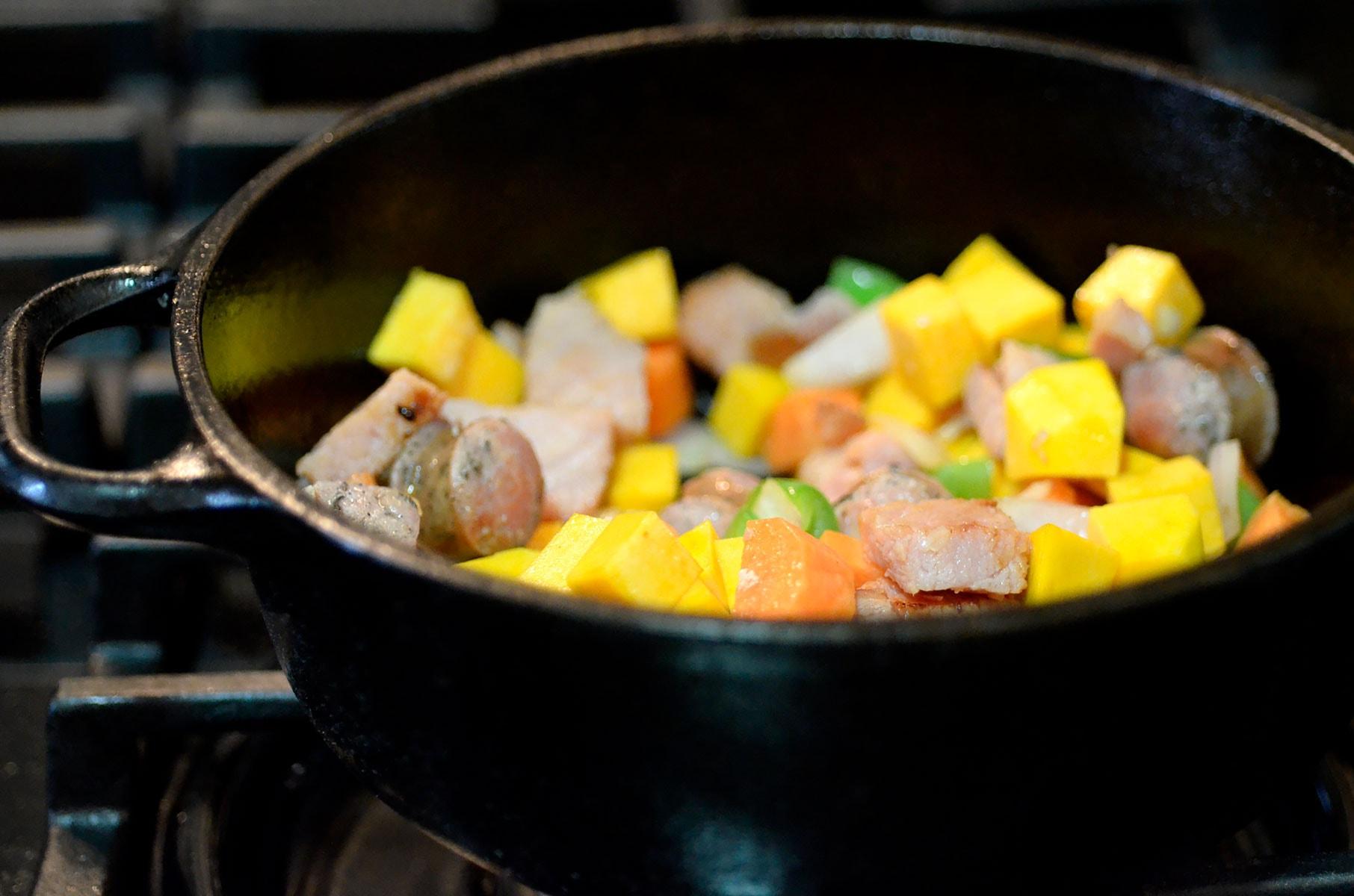 Vegetales y carnes en caldero