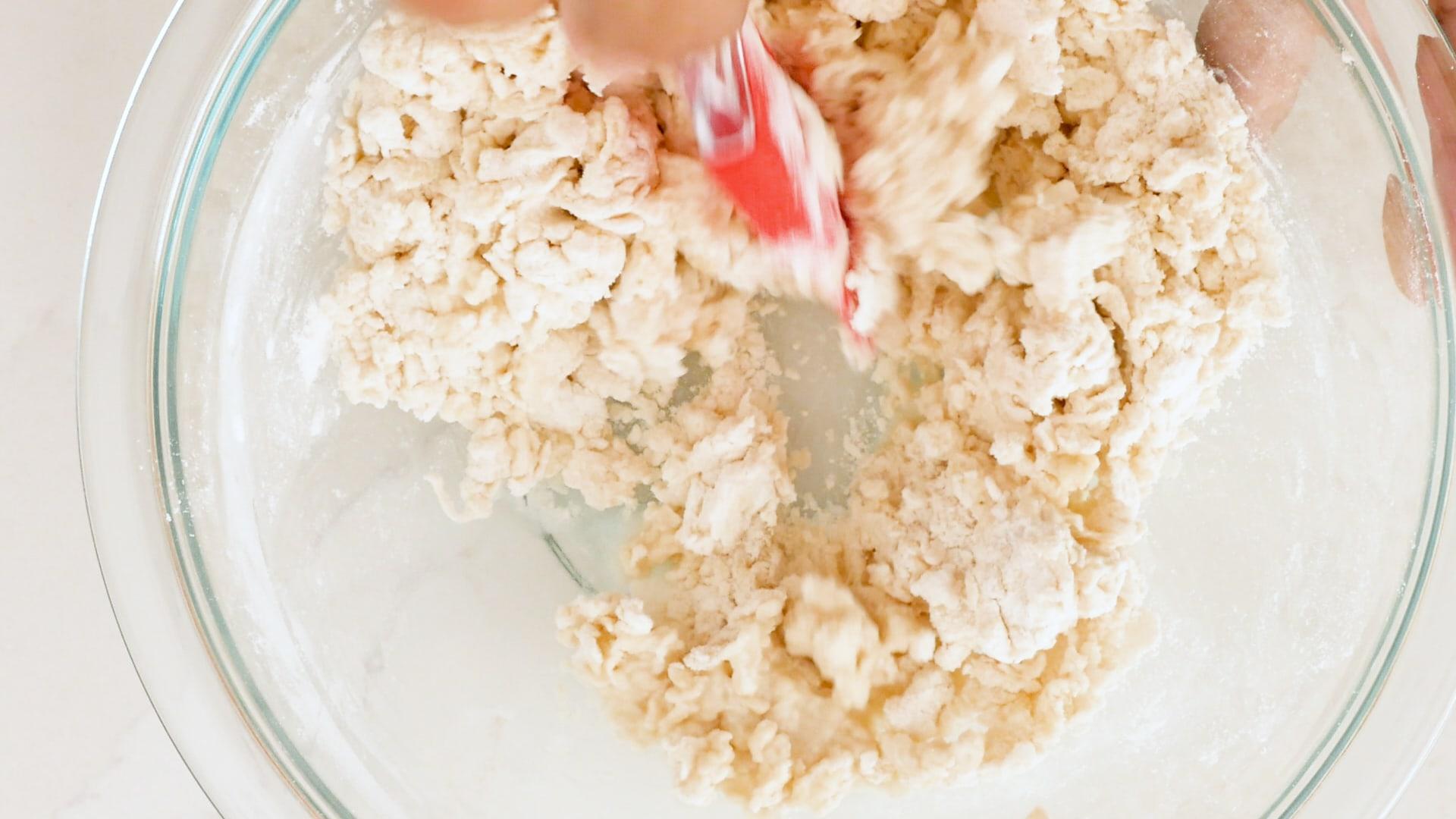 Combinando ingredientes secos y líquidos