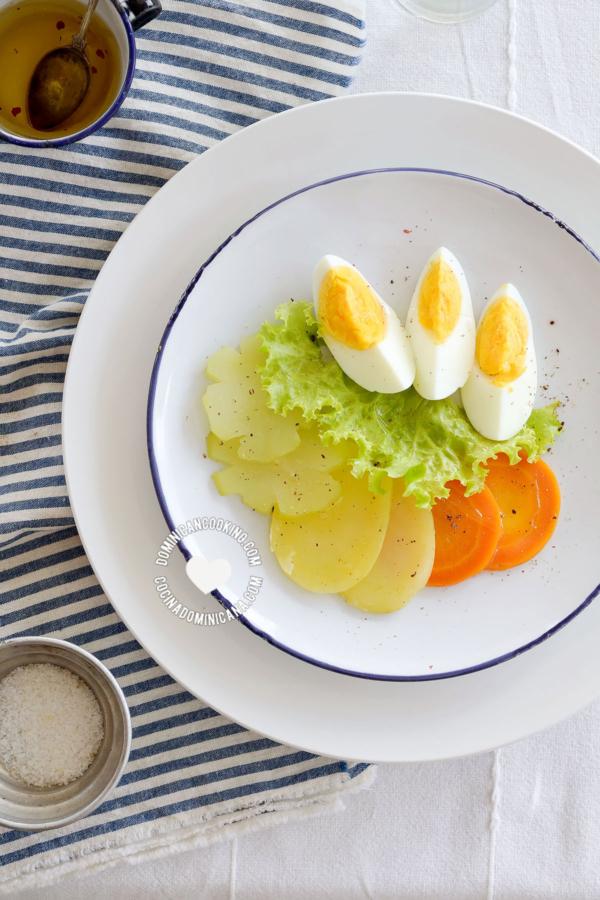 Ensalada Hervida servida junto a vinagreta y sal