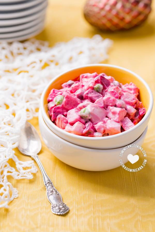 bol de ensalada rusa con remolacha (betabel)