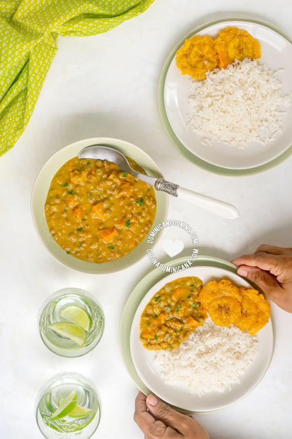 Guandules guisados con coco servido con arroz blanco y tostones