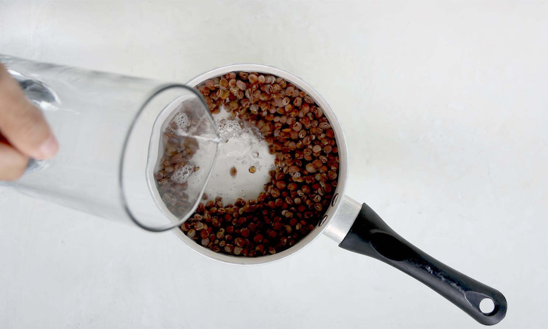Agregando agua a la olla con guandules