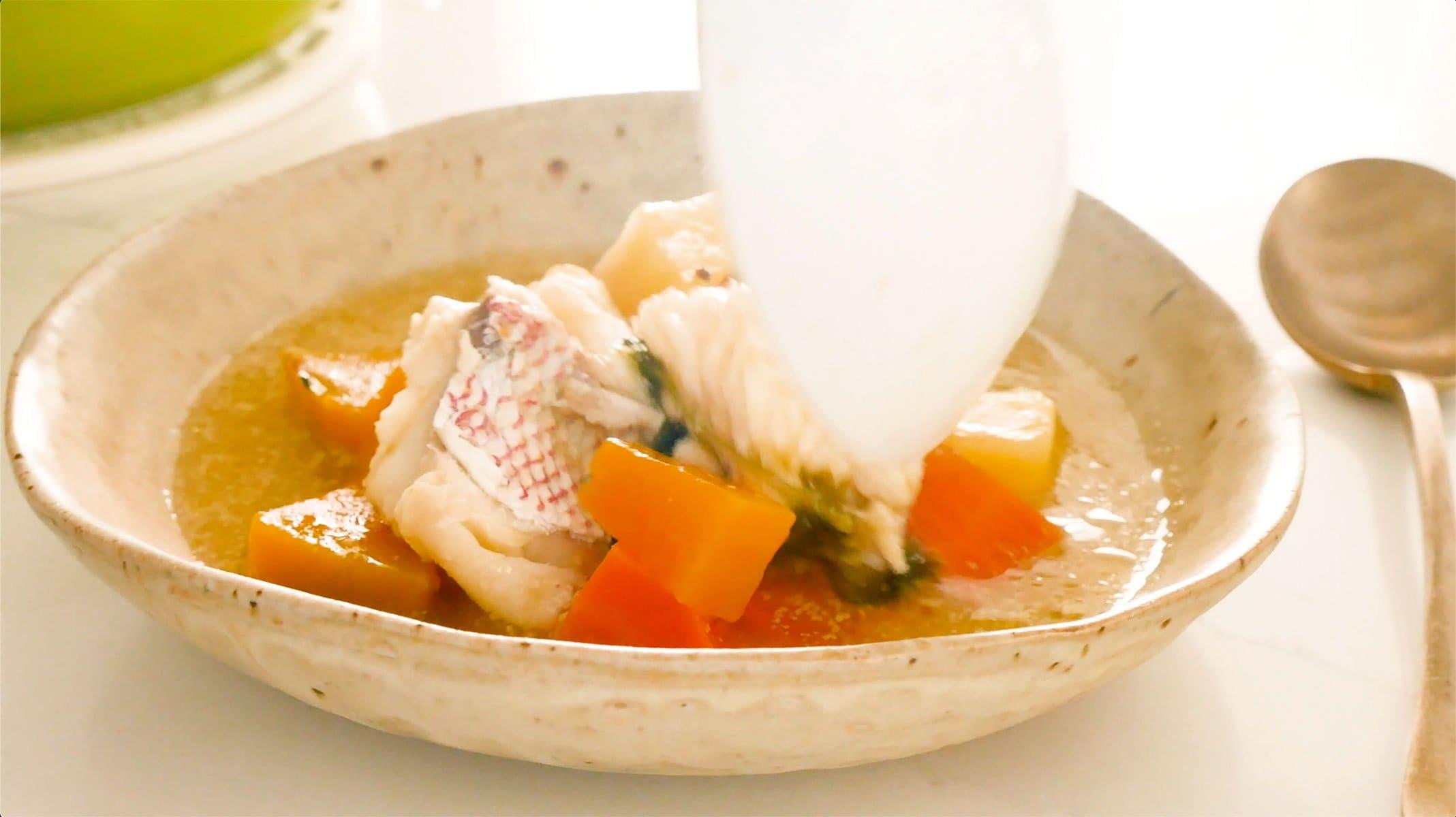 Sirviendo sopa de pescado