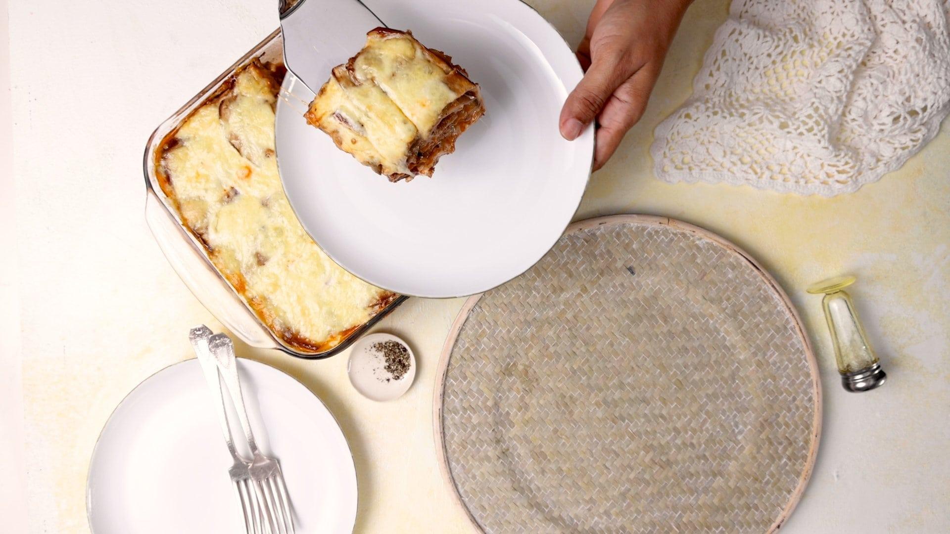 Sirviendo una porción de pastelón de berenjena con carne