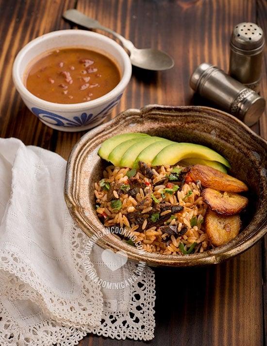 Locrio de Arenque - Receta y Video (Arroz con Arenque): Dos ingredientes llegados de lugares lejanos que se combinan en un plato deliciosamente tropical y dominicano.
