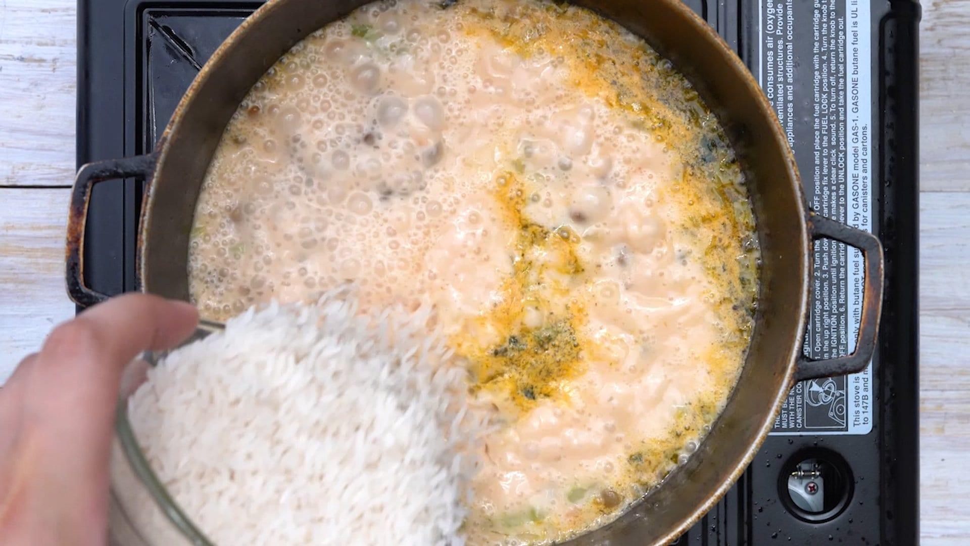 agregando arroz al caldero