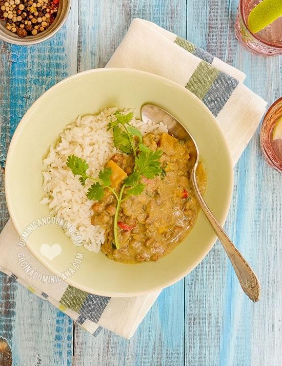 Receta Guandules con Coco: Deliciosa tradición de la bellísima Samaná, lleva el sabor exótico de una de las regiones más bellas de nuestra isla a tu mesa.