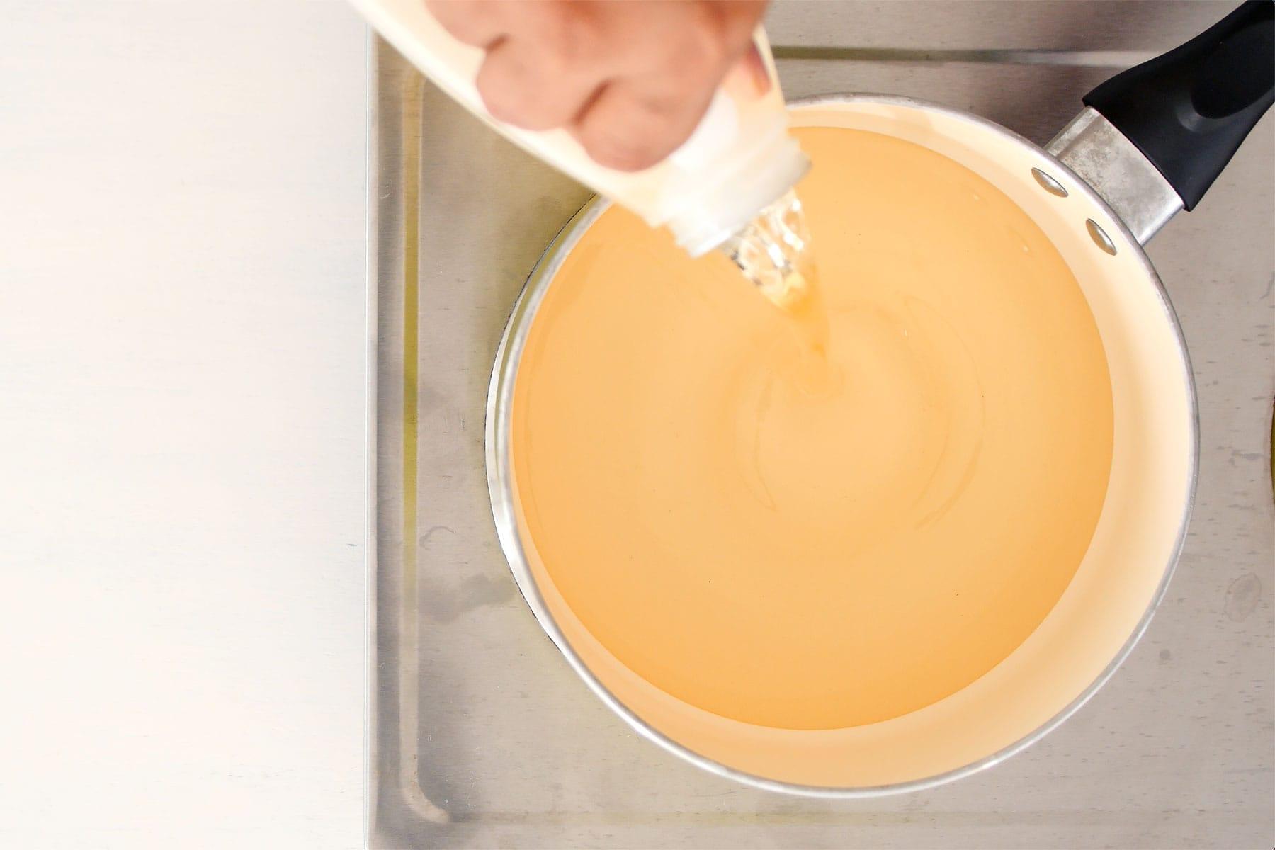 Agregando aceite a la olla