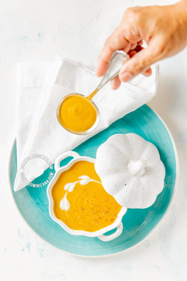 Crema de Auyama y mano con cuchara