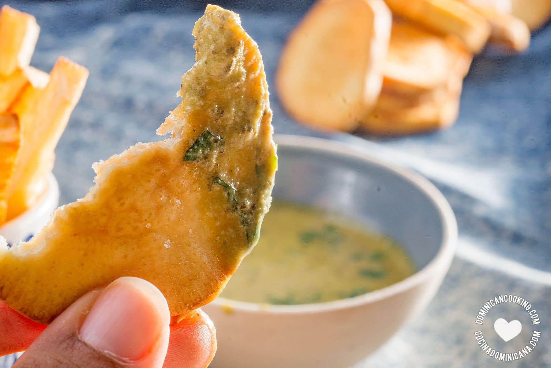 Batata Fritas Mojada con Salsa Verde