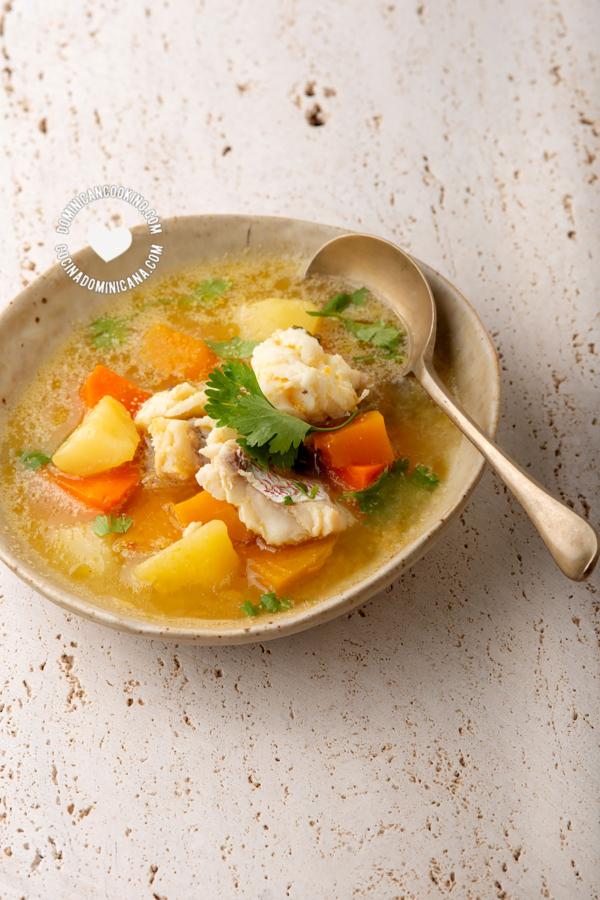 Plato con Sopa de Pescado