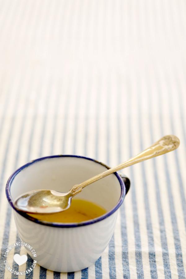 Vinagreta en una taza con cuchara
