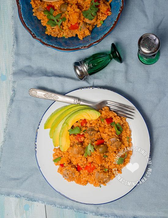 Receta Locrio de Trigo con Longaniza: Una receta deliciosa con una alternativa al arroz diario. El sabor fuerte de la longaniza va perfecto con el trigo.