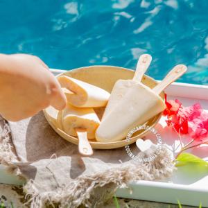 paletas de coco en la piscina