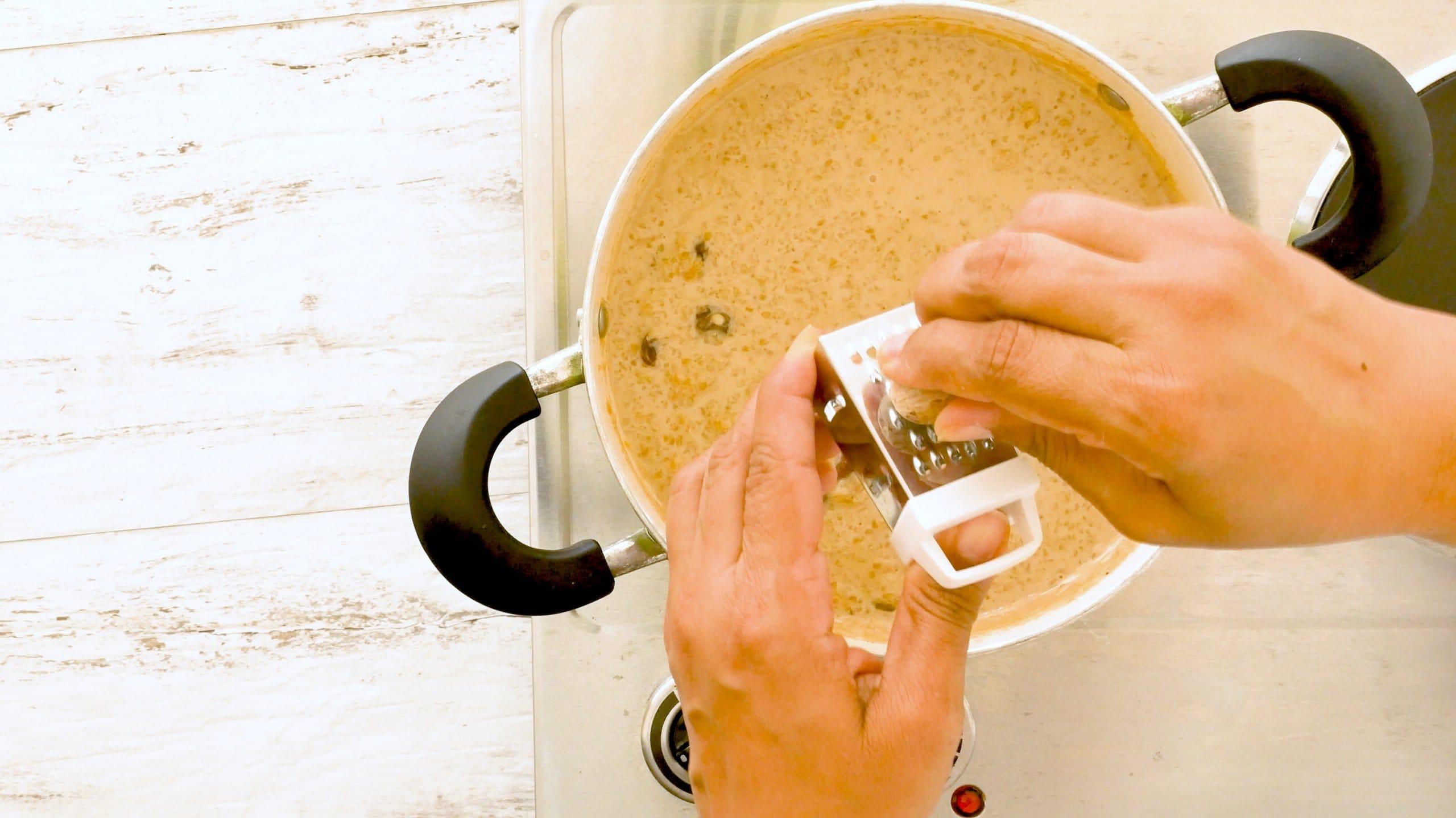 agregando nuez moscada al trigo con dulce
