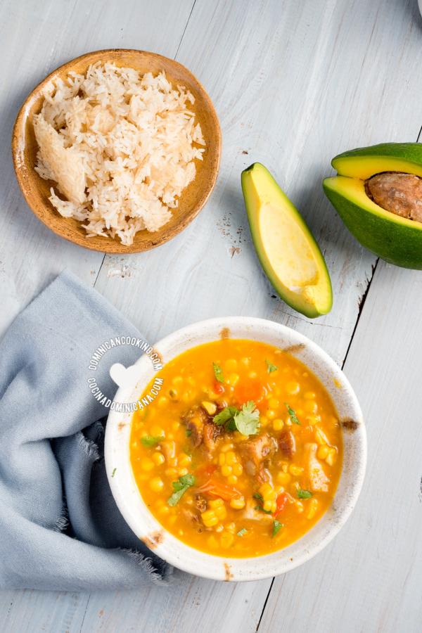 Receta Buche' Perico (Caldo de Maíz): Riquísimo y espeso caldo a base de maíz, vegetales y carne, perfecto para servir con arroz para el almuerzo o cena.