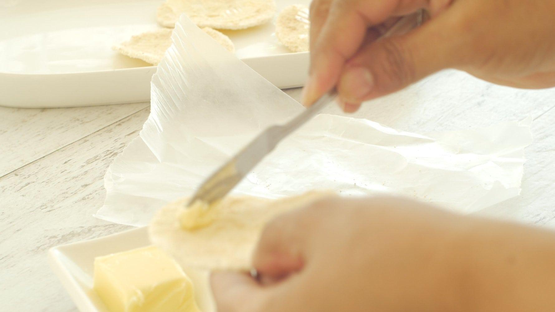 Untando mantequilla en el casabe
