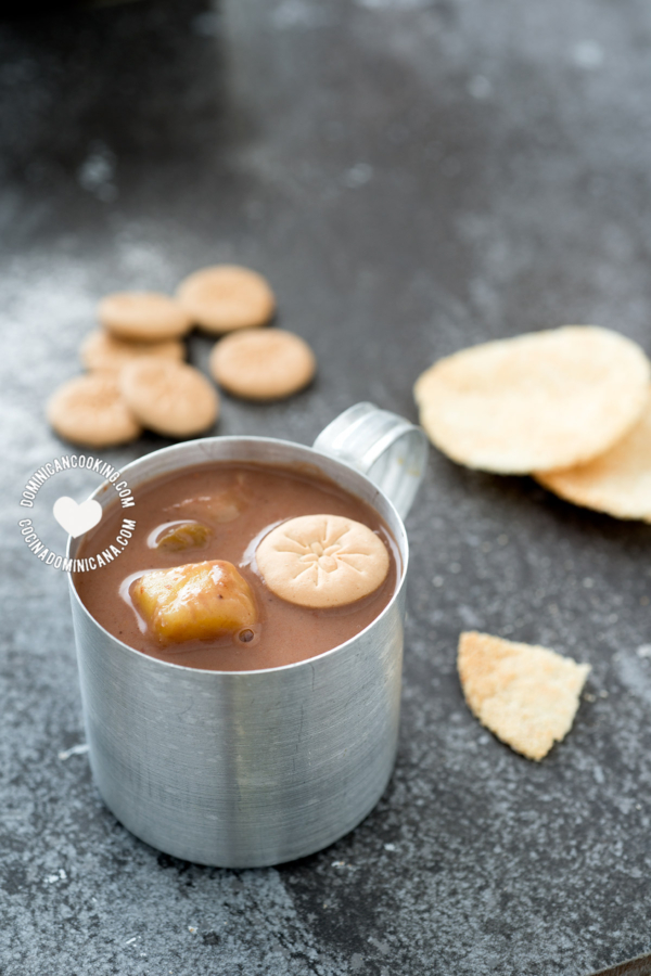 Taza de habichuelas con dulce con galleta y casabe