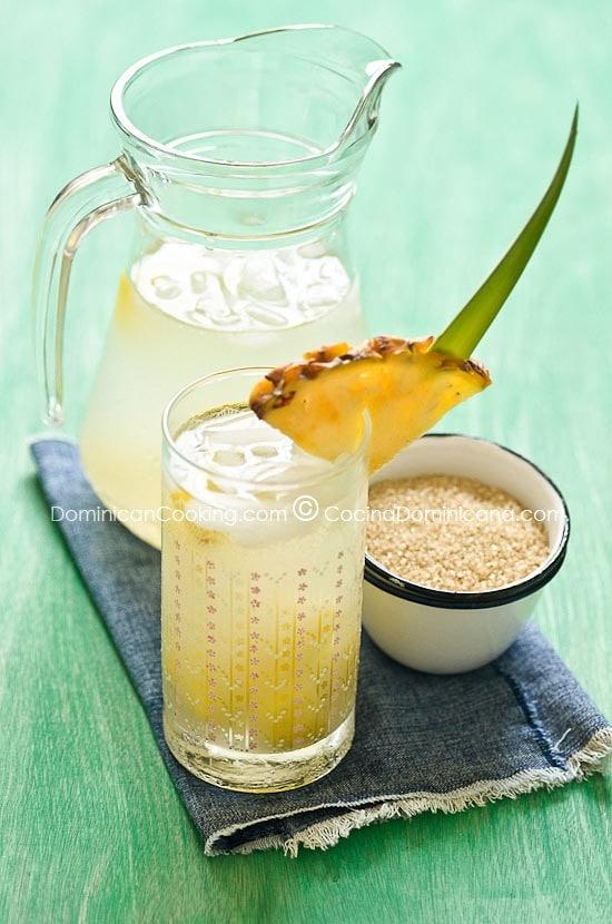 Receta Guarapo de Piña: Aparte de nuestro tradicional mabí de palo, esta es la otra refrescante bebida fermentada que tradicionalmente se prepara en casa.