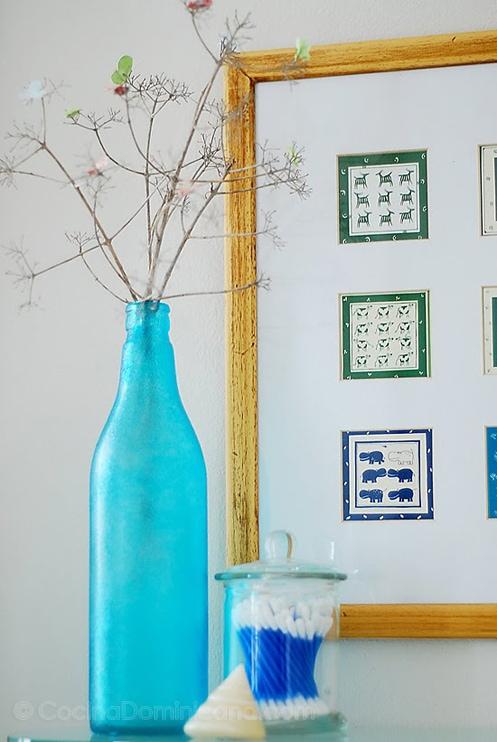 Decorando con Envases de Vidrio Reusados: requieren un poquito más de trabajo y resultan en artículos bonitos que a veces es muy difícil de imaginar lo que eran en su vida pasada.