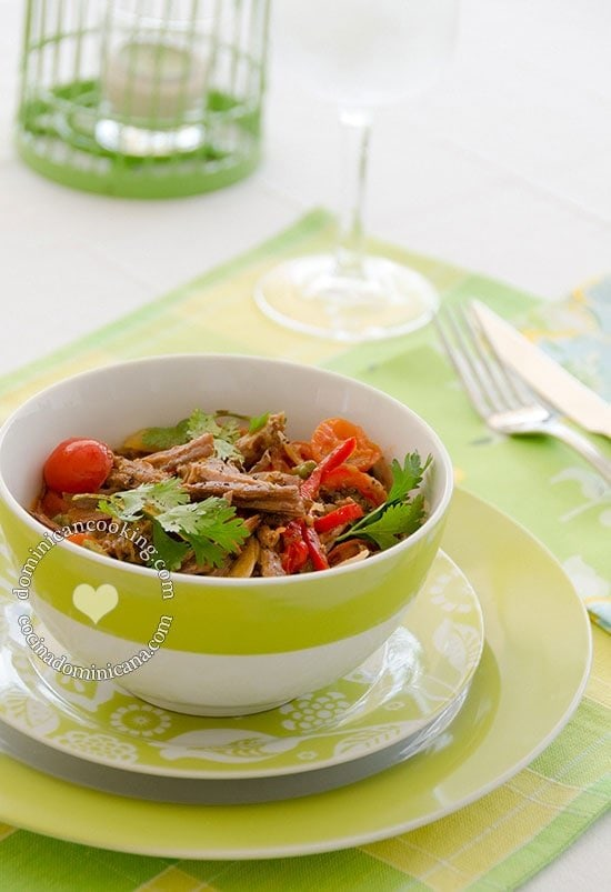 Receta Carne de Res 'Ripiada' Dominicana: similar a otros platos latinos preparados con cortes de res económicos, deshilachado y mezclado con vegetales.